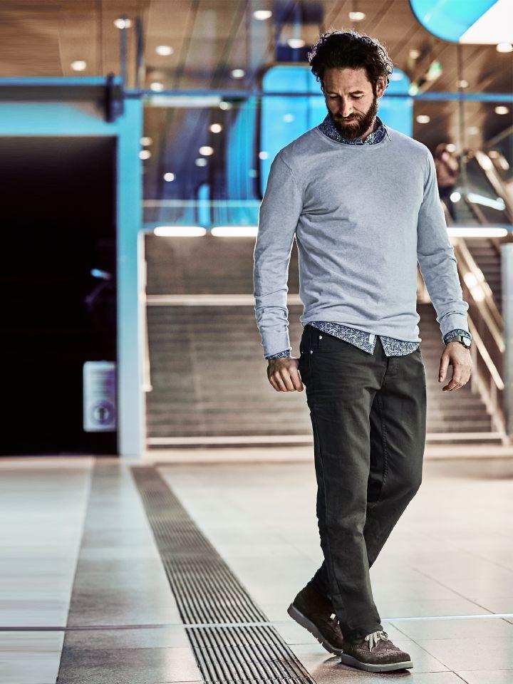 GESCHICHTENERZÄHLER CREW NECK. Nie aus-, sondern oft umsortiert. Edles Garn, handwerkliche Herstellung, lässiger Schnitt. Und weil dieser Pulli so vielseitig ist, wird er am Ende mehr authentische Geschichten erzählen, als die meisten anderen Teile Ihres Kleiderschranks. Begonnen im vordersten Fach – getragen zu Anzug, Sakko und Jeans, zu Chino und Slacks (mit oder ohne T-Shirt darunter). Später dann, vom Alltag gezeichnet, abends zum Tatort und Jahre weiter nachts zur Pyjamahose.