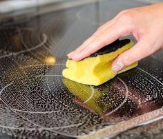 Le nettoyage d'une plaque en vitrocéramique n'est pas toujours évident. C'est une surface fragile qu'il faut protéger des rayures. Découvrez ces 5 astuces de grand-mère pour faire briller et nettoyer une plaque en vitrocéramique sans l'abimer.