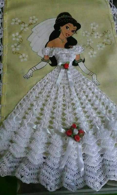 Muñeca pintada con vestido a crochet