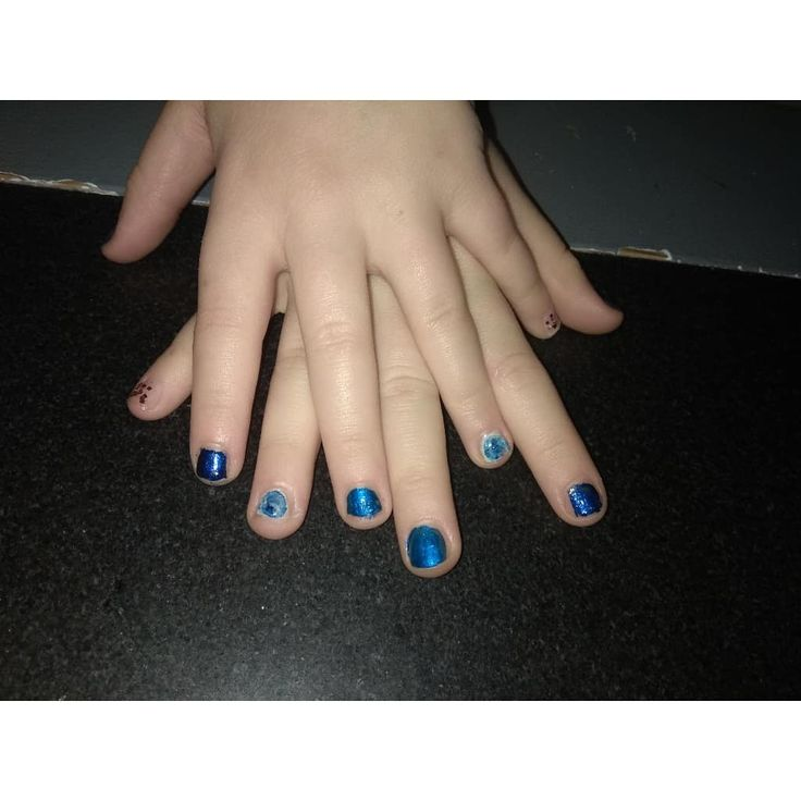 Manicure I done for my little sister #Manicure #Blue #White #ConfettiEffect #MarbelEffect #Nails 💅💅💅💅💅