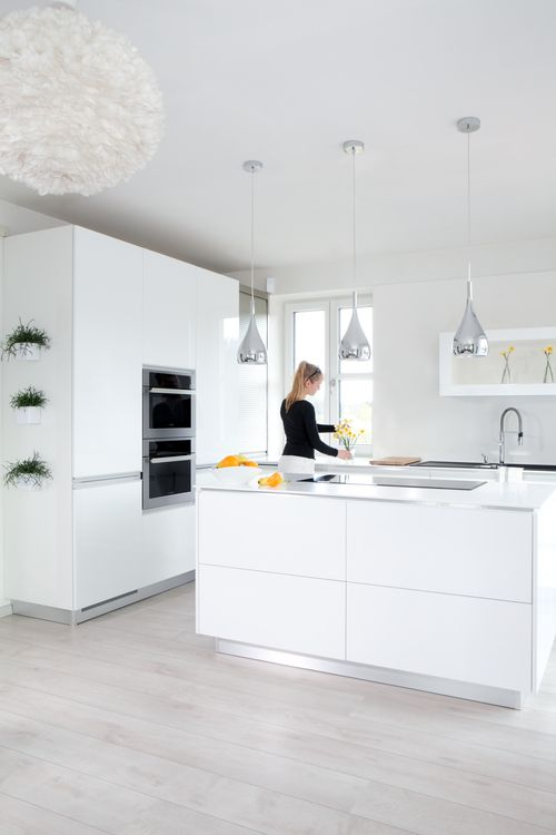 Bílá patří stále mezi top kuchyně. Zanechává v nás příjemný dojem čistoty a vzhledem ke snadné údržbě je velmi praktická. Hospodyňce stačí vlhký hadřík a je uklizeno. Tato jednoduchá a přitom velmi elegantní kuchyň je ideální také pro ty, kdo rádi mění doplňky a dekorace, protože se k ní hodí jakákoliv barva.