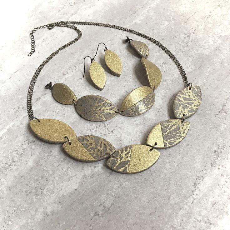 Zlatavé+lístky+Souprava+náhrdelníku,+náušnic+a+náramku.+Barva:+zlatá,+šedobéžová,+komponenty+v+barvě+gunnmetall.+Náhrdelník,+složený+z+5-ti+lístků+je+zavěšen+na+řetízku+barvy+gunnmetall.+Délku+upravím+podle+přání.+Náramek,+složený+z+pěti+dílků+je+ukončen+magnetickým+zapínáním.+Délka+náramku+je+19+cm.+Délku+upravím+podle+potřeby.+Náušnice+(+30+x+15...