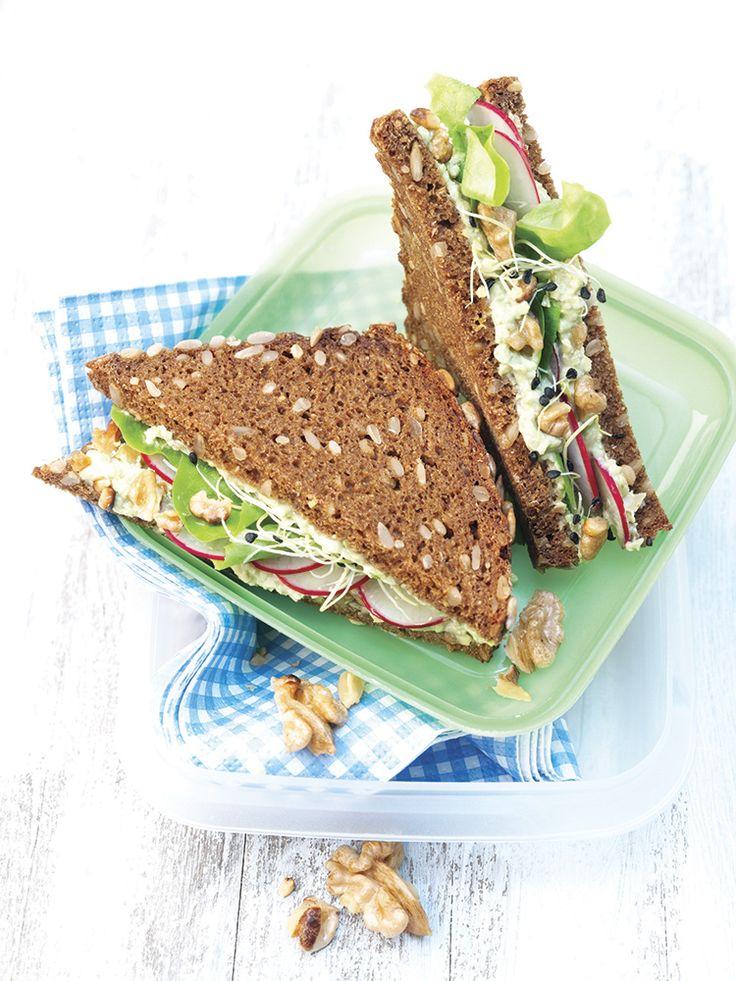 Sándwich vegetariano con crema de aguacate y nueces