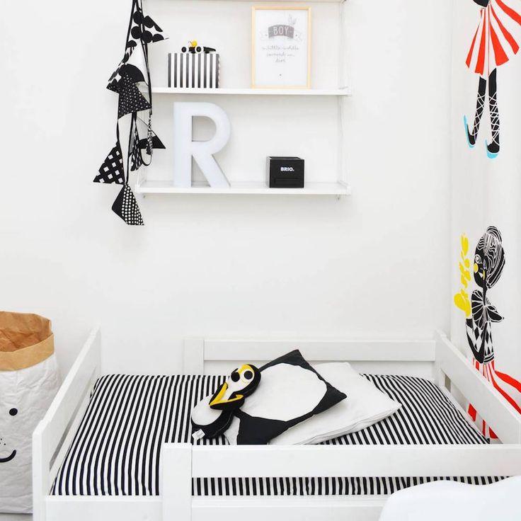 Graafisen mustavalkoista tyyliä lastenhuoneessa muutamilla värikkäillä yksityiskohdilla #lastenhuone #sisustus #koti