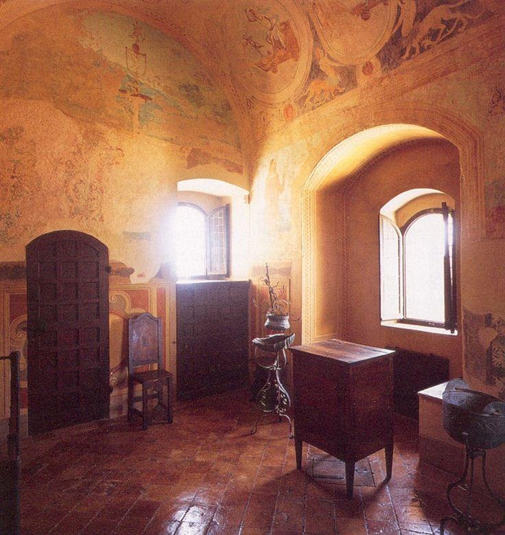 Camerino di Lucrezia Borgia   Il Camerino di Lucrezia Borgia è ubicato nel torrione di nord-est.Alla sua primigenia funzione militare, indicata dalla botola e dalle cannoniere, è seguito un uso domestico come è sottolineato dalla ricca decorazione pittorica delle pareti, probabilmente realizzata nell'ultimo decennio del XV secolo, in cui è