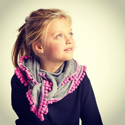 BOLLICINA sciarpa bambina in cashmire con pon pon! Scegli la tua combinazione colori preferita!✂️handmade✂️ Disponibile anche nella versione mamma Colori sciarpa: grigio, nero Colori pon pon: verde acido, giallo, bluette, nero, turchese, grigio, bordeaux, blu, bianco, rosa antico, fucsia... # sciarpa #accessori #shoponline #pompom #ponpon #handmade  #handmadetshirt #fashiondesign #fashionaddict #style #bloggerstyle  #instashop #instafashion #madeinitaly #fashionblogger  #newcollection…