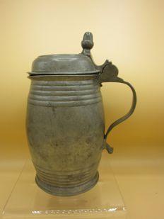 Tinnen bierpul in tonvorm met eikel klepdeksel - Duits, eind 18e eeuw