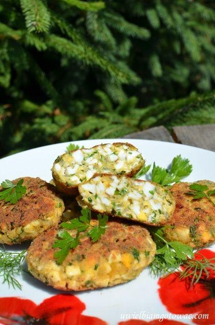 Kotlety jajeczne to doskonała propozycja na bezmięsny obiad, a także na wykorzystanie nadmiaru ugotowanych jajek. Mimo, że w daniu nie ma ani grama mięsa, kotlety są sycące, pożywne i bardzo smaczne :
