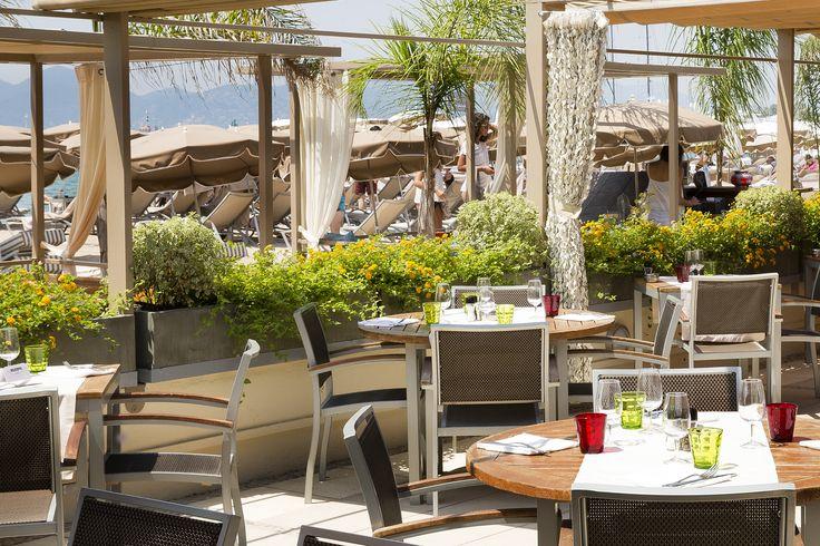 Le restaurant de la plage privée du Grand Hôtel, Cannes, Plage 45, offre une vue imprenable sur la mer Méditerranée.