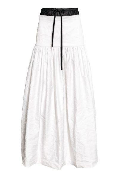 STUDIO COLLECTION. Falda larga y con vuelo en sarga de algodón arrugada. Modelo con hilo metálico en la trama que le proporciona una textura firme y moldeab