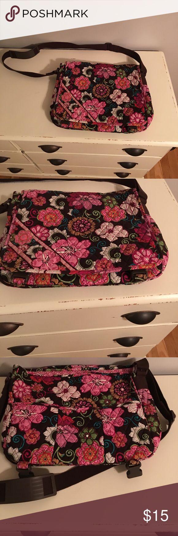 Vera Bradley messenger bag Cute messenger bag in good condition Vera Bradley Bags Satchels