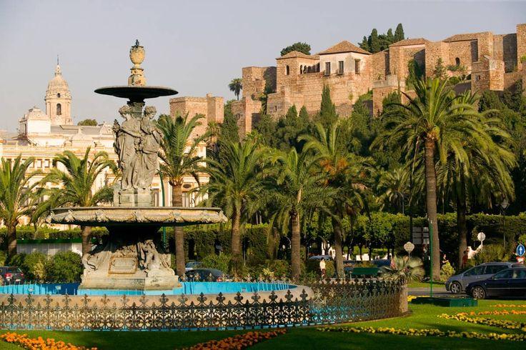 Fuente de las Tres Gracias y vista de La Alcazaba