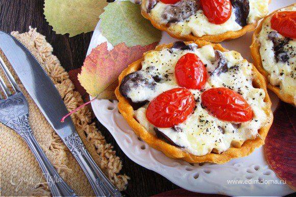 Тарталетки «Осенние»  Тарталетки на томатном тесте с лесными грибами, куриным филе, помидорами черри под сырно-сливочным соусом. Можно подать в качестве закуски или взять с собой на пикник. #готовимдома #едимдома #кулинария #домашняяеда #закуска #тарталетки #осенние #осеннееменю #грибы #начинка #куриноефиле #томаты #черри #лесныегрибы #ссобойка #вкусноисытно