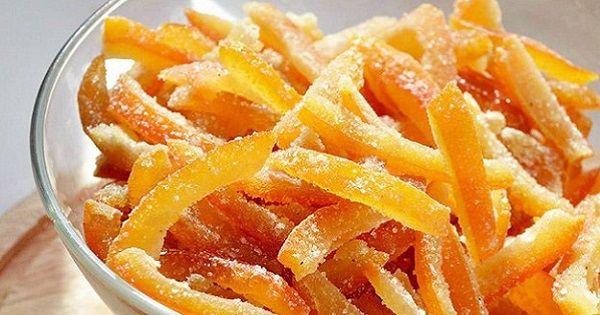 Myšlenka, že by si ze pomerančové kůry dala udělat sladká pochoutka k následné konzumaci se může na první pohled zdát šílená – opak je ale pravdou. Něco takového opravdu možné je a my si ukážeme, jak na to! S tímhle receptemuž nikdy nevyhodíte pomerančovou kůru do koše! Budeme potřebovat –kůra …