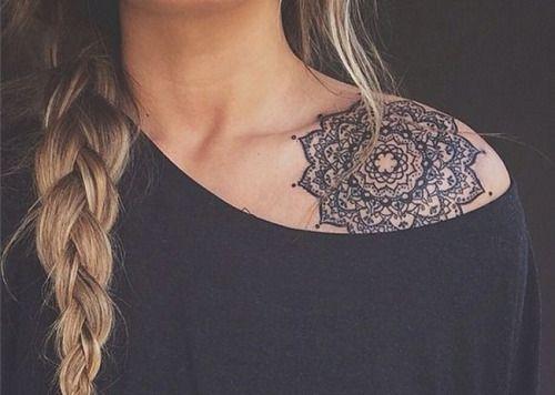 Tatuagem de Mandala | blackwork no ombro feminino