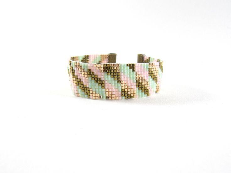 LES DELICATS : bracelet manchette Rose poudré et Camaïeu de vert : Bracelet par meg-creation