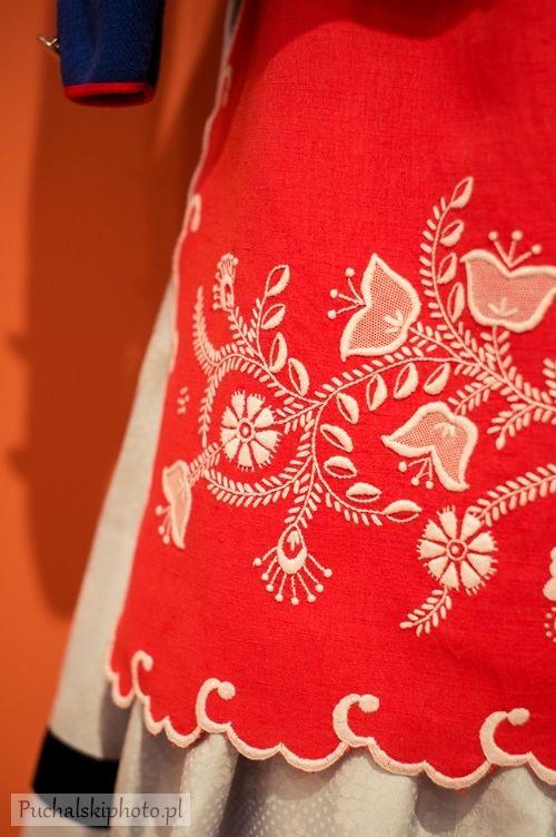 Haft kujawski-  Stosowane sciegi: sznureczek, atlasek podscielany (scieg atlaskowy wypukly), waski atlasek na podkladzie (waleczek), dziergany, kladziony, haft dziureczkowy