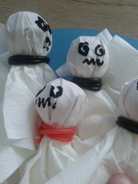 Spookjes van lollies met zakdoekjes en dropveters