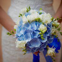 Букет невесты из голубых гортензий и белых фрезий, декорированный синей лентой