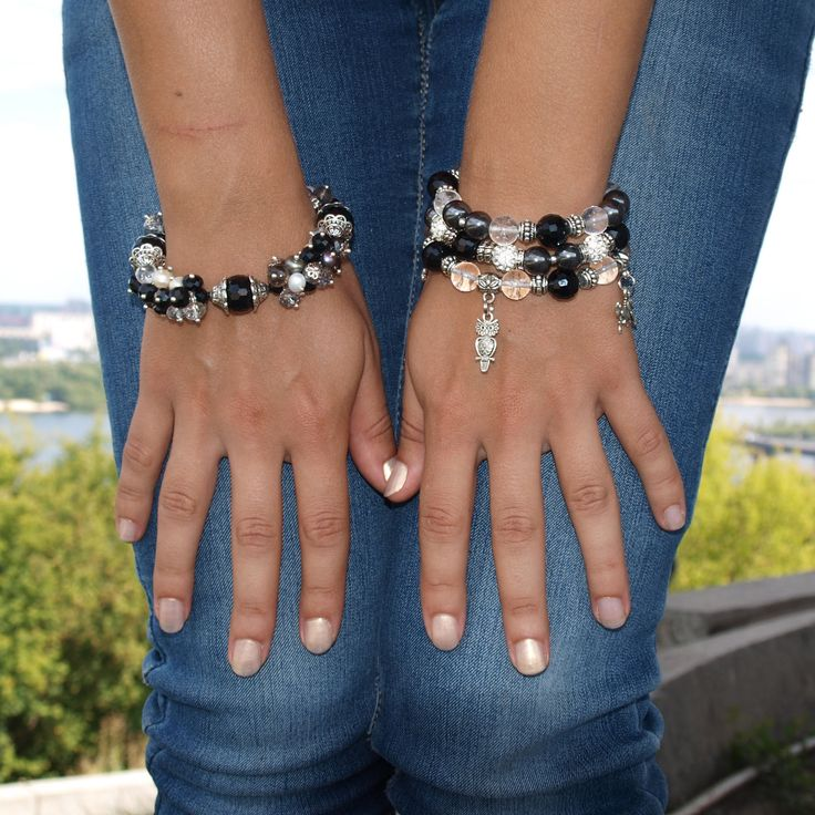 Черно-белые браслеты из натуральных камней агата и хрусталя. http://stefi.com.ua/catalog/avtorskie-ukrasheniya-iz-kamnya/avtorskie-braslety-iz-kamnya/