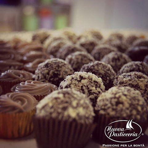 Che sia una cena tra amici o un pranzo in famiglia, il dolce è sempre un momento graditissimo! #onlineshop #nuovapasticceria #dolci #sweet #cakes #art #tasty #delicius