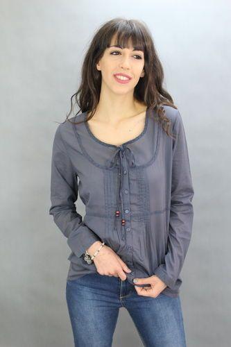 Camisa con lazo en el cuello. 100% algodón. Tejido ligero. Disponible en color azul y verde.