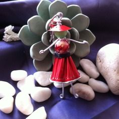 Porte clefs demoiselle rouge en capsules nespresso recyclées.