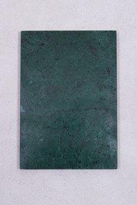Grön marmorbricka som är ca 24 x 34 cm. En fin inredningsdetalj som du tex kan ha på matbordet till salt- och pepparkvarnen eller till att ställa glas på. Fungerar även fint som uppläggningsplatta. Finns även i en mindre modell samt i ljusgrått. Kommer med tassar.