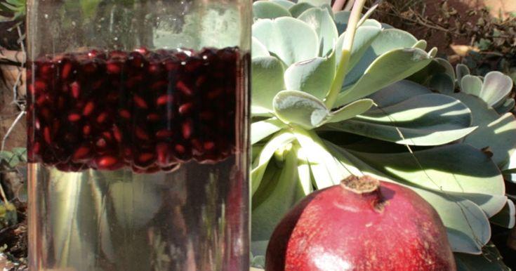 La granada es un infaltable dentro de los ingredientes para preparar cosmeticos naturales , tiene muchas propiedades ; es un potente antiox...