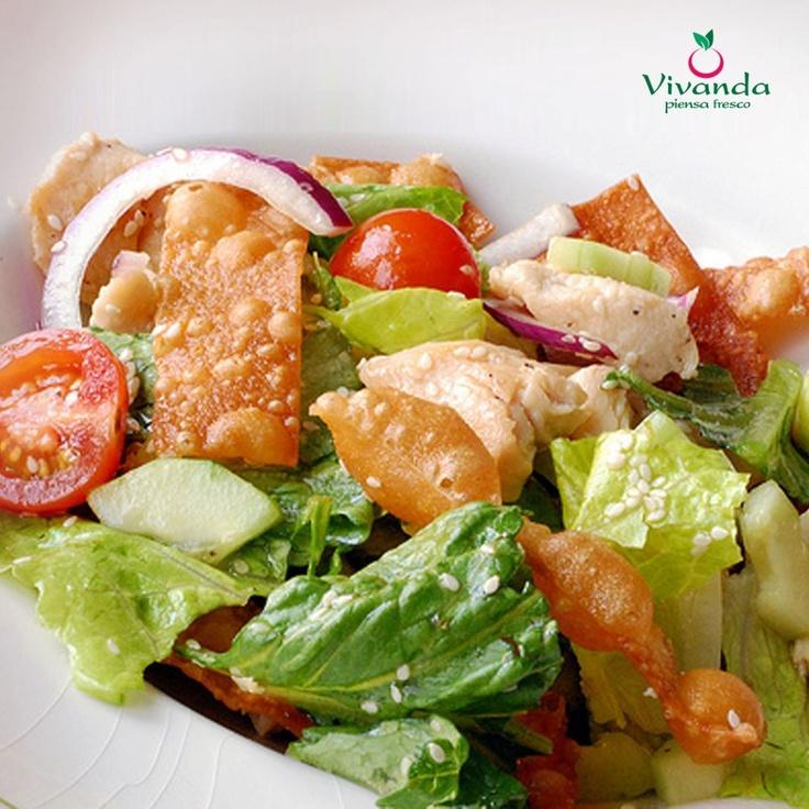 ¡Dale un toque especial a tu ensalada con tiritas de wantan frito!