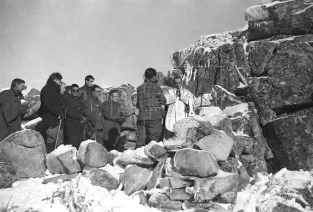 ESPAÑA GUERRA CIVIL ESPAÑOLA ZONA NACIONAL.- CABEZA LIJAR (MADRID), 06/01/1937. Sobre los escarpados riscos de la sierra de Guadarrama, a 1.892 metros de altura, entre las rocas cubiertas de nieve, un sacerdote celebra la Eucaristia, de cara a las posiciones republicanas, en la mañana del 6 de enero, fiesta de la Epifania del Señor. (Pie original) EFE