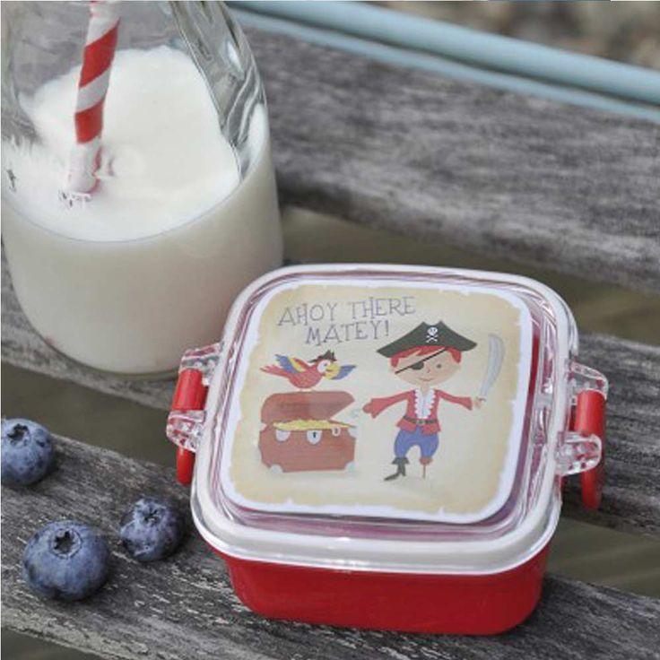 """Une toute petite boîte pour éviter l'écrasement du snack dansle sac d'école ! Il permettra d'y ranger raisins ou petits biscuits. Idéal pour la maternelle.        D: 7 x 7 x 4 cm.    Sans BPA. Passe au lave-vaisselle.    Motif Pirate.    Couvercle à """"oreilles"""".   4,50 € http://www.lafolleadresse.com/vaisselle-enfants/3221-toute-petite-boîte-à-snack-pirate-couvercle-à-oreilles.html"""