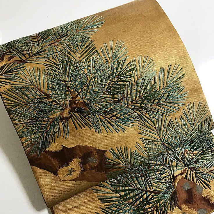 《引き箔•刺繍•掬い織》ゴールドに松模様袋帯 豪華で高級感溢れる袋帯です。 ゴールドの引き箔の部分は無地に見えて、空にたなびく雲のような模様が織られています。 少し変わった織方で 箔が折れたり切れたりしにくい特殊な織り方で織られています。 幹や枝の部分は掬い織で松の葉の部分は刺繍です。 とても凝ったお洒落な一品です。 太鼓柄、前柄、垂れ先に模様が分かれています。 付下げ•訪問着•留袖、無地のお着物に合わせられます。 結婚式やパーティー、卒業、入学式など華やかなお席にいかがでしょうか。 帯の長さ 約440センチ 帯幅 約30.5センチ 正絹 汚れは見当たりませんでしたが、締めた跡があります。 気になる方はお避けくださいませ。