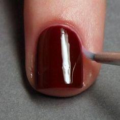 Corrija os erros mergulhando um pincel pequeno no removedor de esmalte.   33 truques fáceis para você mesma fazer suas unhas ficarem perfeitas