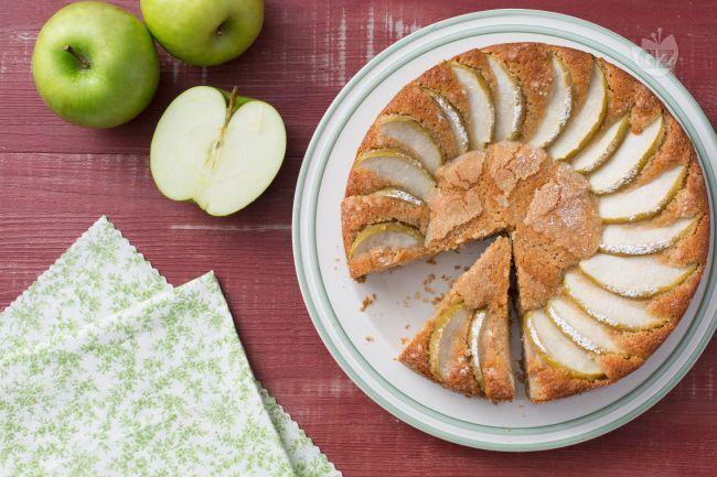 La torta di farro e yogurt è una torta dalla consistenza soffice, con il gusto delle mele verdi e il tocco rustico della farina di farro.