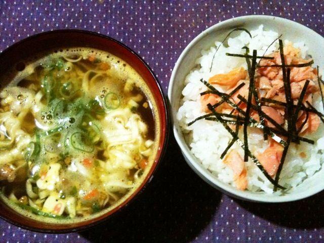 夕飯前どうしても空腹に耐えられず - 8件のもぐもぐ - 鮭ごはん+ミニカレーうどん(間食) by tabajun