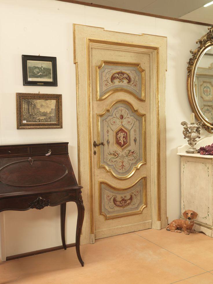 Riproduzione di una porta napoletana di metà  '700 dipinta con grottesche, cornici a foglia d'oro, realizzata in pioppo vecchio e nuovo.