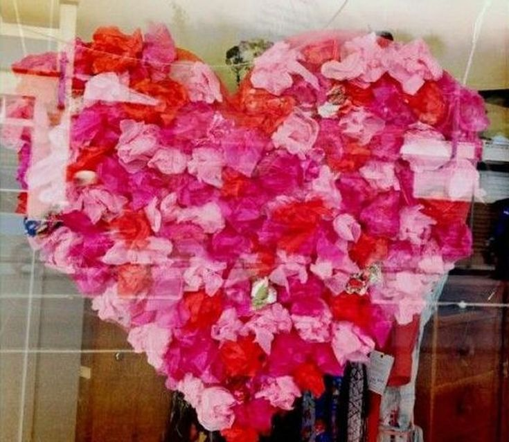 Creative Valentine Window Decoration Ideas 31 In 2020 Valentines Window Display Window Display Retail Window Decor