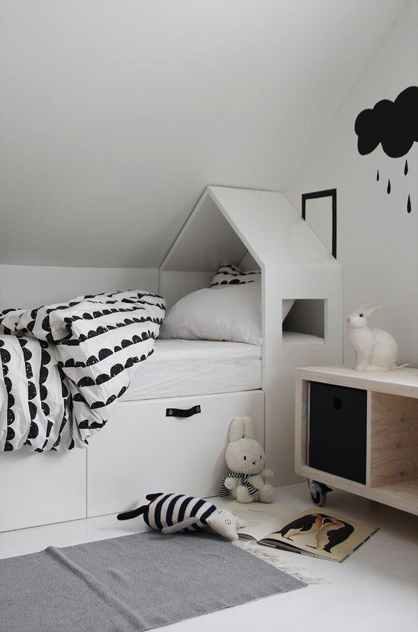 Sittebenk, seng, sjenk, tv-benk.. Kjøkkenskap fra Ikea kan brukes til