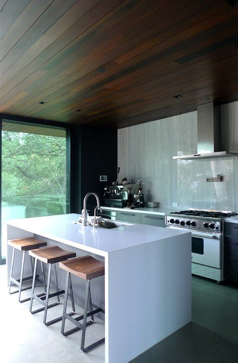 Kuchyň s ostrůvkem, který částečně supluje i jídelní stůl.