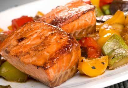 Filets de saumon grillés au piment chili, aux poivrons et aux courgettes
