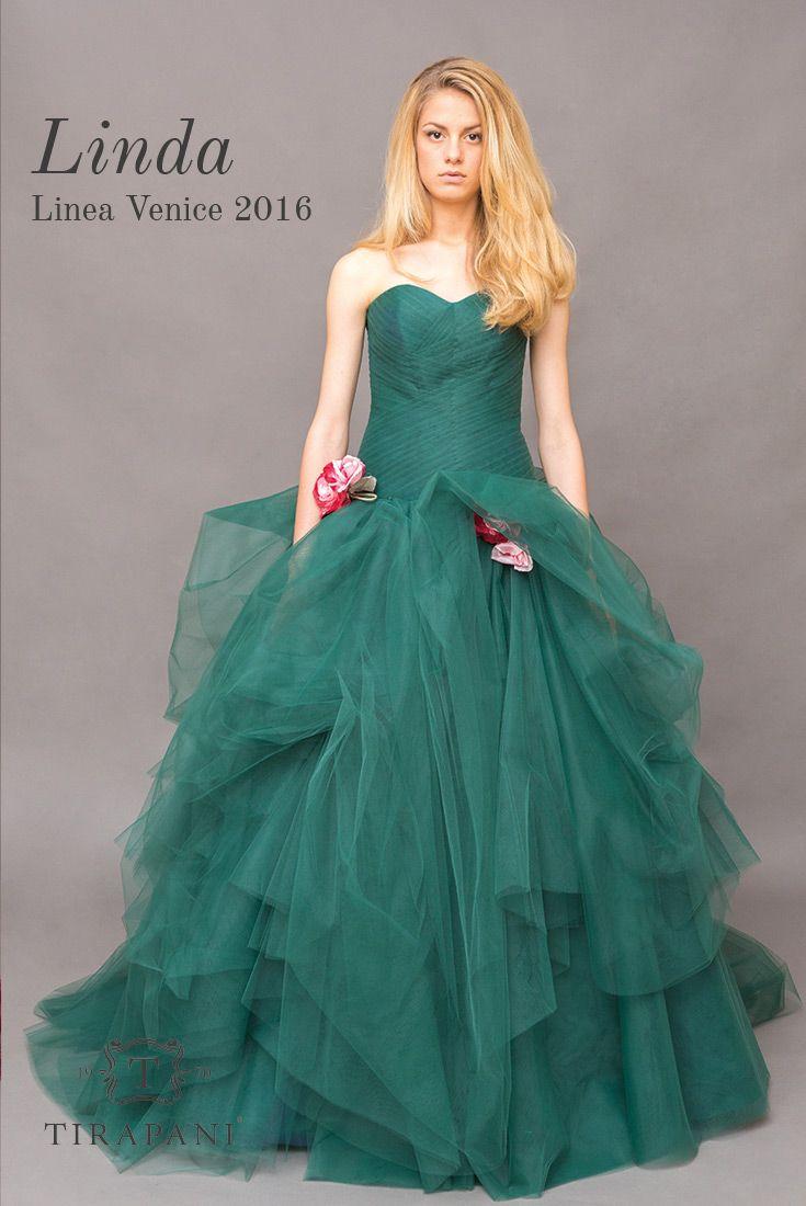 L'abito da sposa Linda ha la particolarità di un corpino intrecciato da piccole…