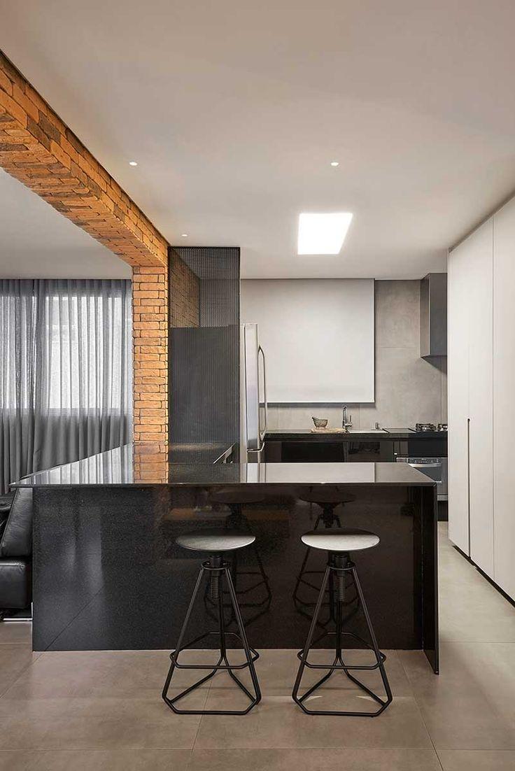 Decoração de apartamento minimalista. Parede de tijolinhos, banqueta preta, sofá preto, tapete cinza e plantas. #decoracao #decor #design #details