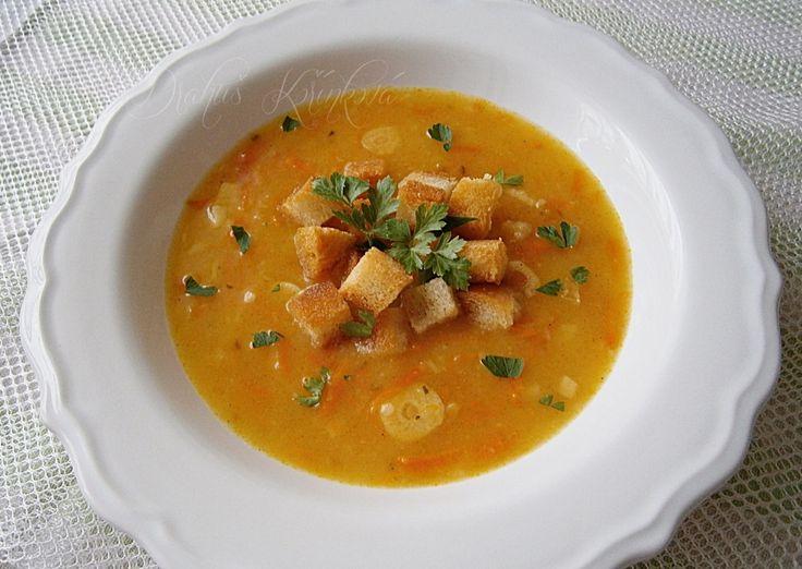 Mrkvová polévka s česnekovými krutony