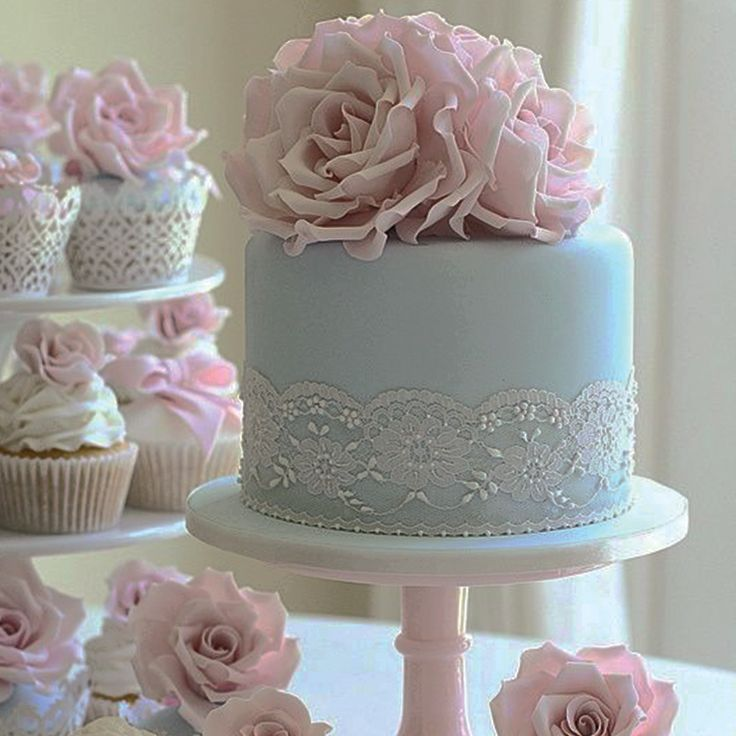 Have you ever seen such a beautiful wedding cake? 🌸 What a pretty cake topper! 🌸
