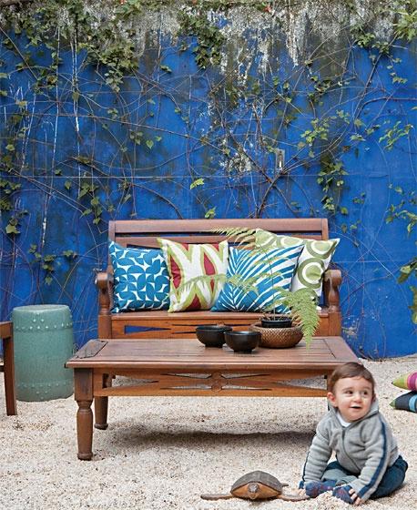 Dispensar a vaga do carro permitiu conquistar mais área de jardim. Móveis orientais (Bali Express) e o azul-céu da parede, uma mistura feita na obra pelo empreiteiro, dão um toque aconchegante à paisagem. Almofadas da Tamtum.