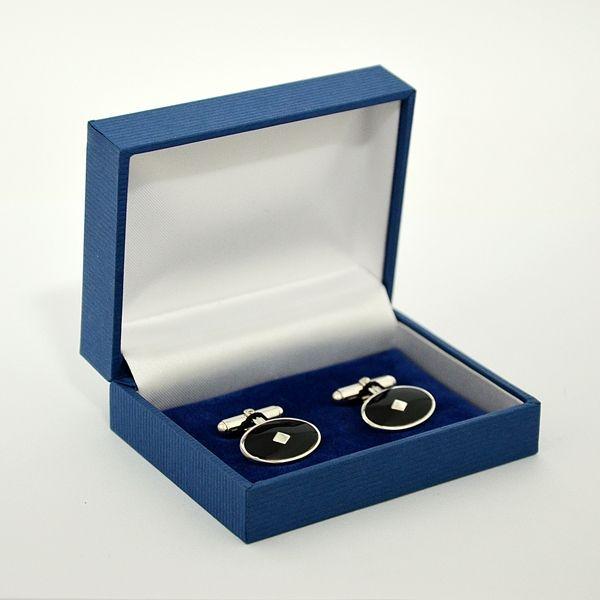 Carinissimi bottoni gemelli a forma ovale con smalto nero per camicia sacerdote, vescovo o cardinale. Ideale per camicia CLERGYMAN con polso per gemelli, camicia COLLO ROMANO o SOTTOTALARE. Corredato di scatola e certificato di garanzia.
