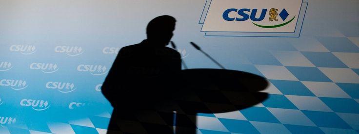 Der Schatten des CSU-Parteivorsitzenden Horst Seehofer während einer Pressekonferenz im Anschluss an eine CSU-Vorstandssitzung im Mai 2014 in München