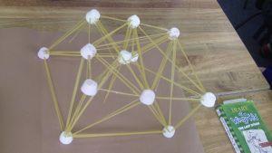 Activiteit tijdens Italiaans kinderfeestje: bouwen met ongekookte spaghetti. #kinderfeestje #Italiaans #spaghetti