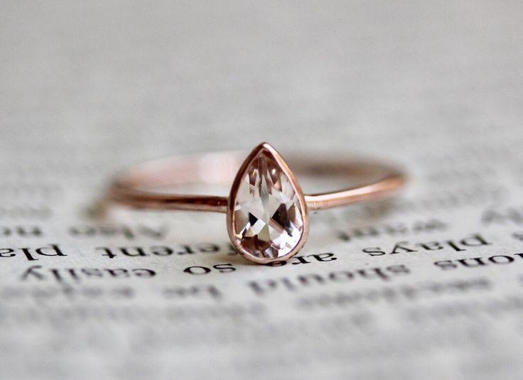 Anillo de 14K pera puro, solitario, delicado anillo de compromiso, rosa piedra, piedra de Blush, anillo de piedras preciosas, bisel, vende oro, anillo de apilamiento de LieselLove en Etsy https://www.etsy.com/es/listing/507192560/anillo-de-14k-pera-puro-solitario